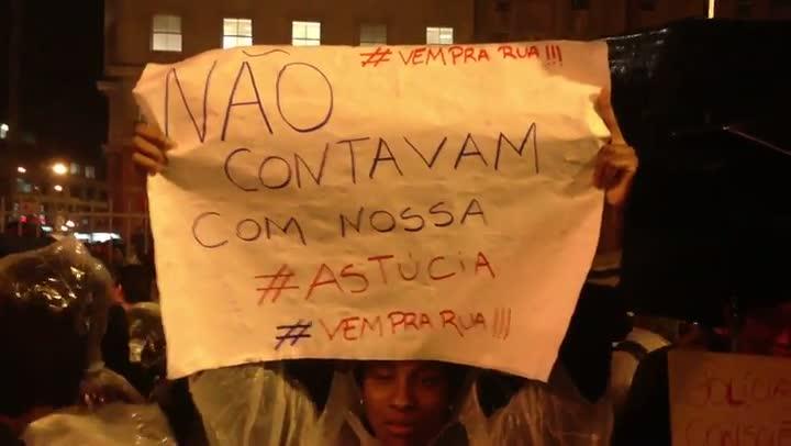Confira os inúmeros pedidos dos manifestantes, através de cartazes, durante o protesto em Porto Alegre
