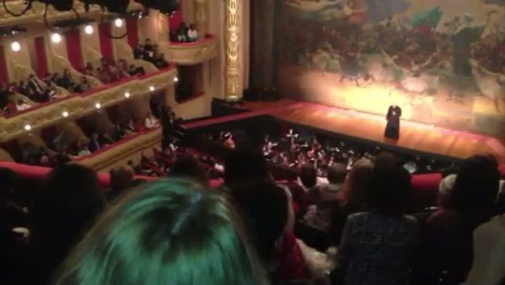 Público recebe Para Francisco com música ensaiada no Theatro Municipal