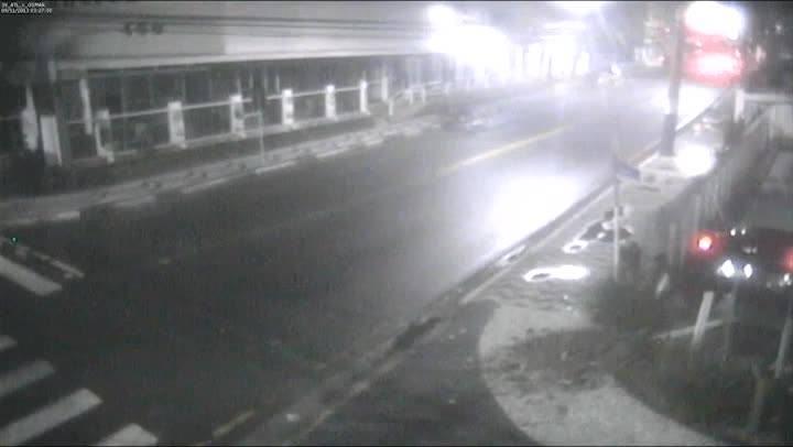 Carro perde o controle e cai dentro de piscina em Balneário Camboriú