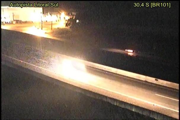 Carro anda na contramão no KM 30 da BR-101, em Joinville, e passa por um veículo antes de provocar acidente