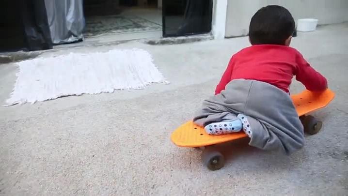 Nycollas, o menino que nasceu sem as pernas e anda de skate