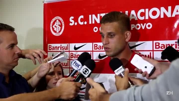 Pegadinha do Rafael Moura: atacante brinca com bilhete na pré-temporada