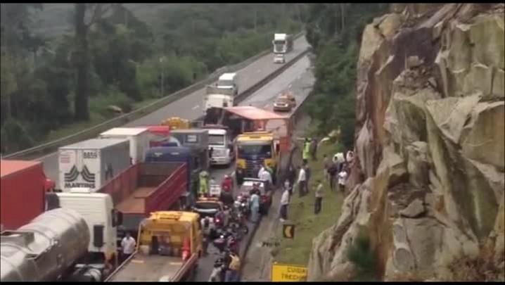 Imagens do caminhão tombado na BR-101
