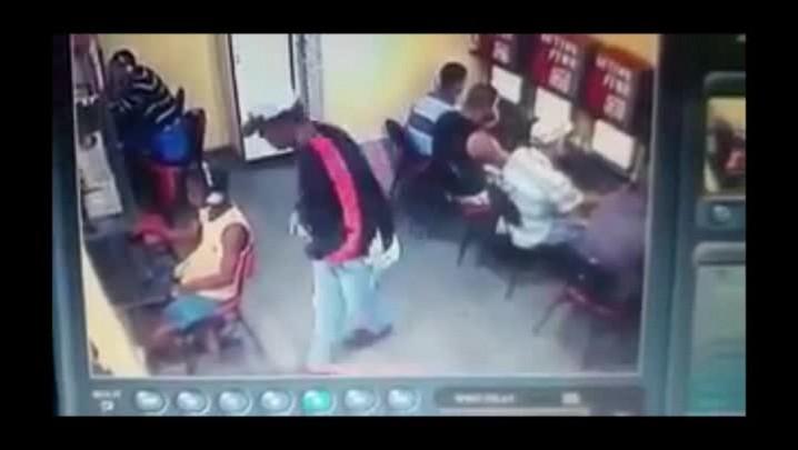 Imagens mostram execução de jovem dentro de lan house no RJ