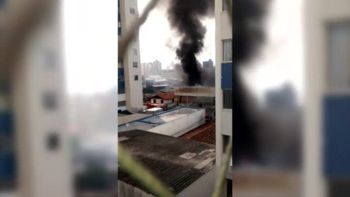 Empresa fica destruída após incêndio em São José, na Grande Florianópolis