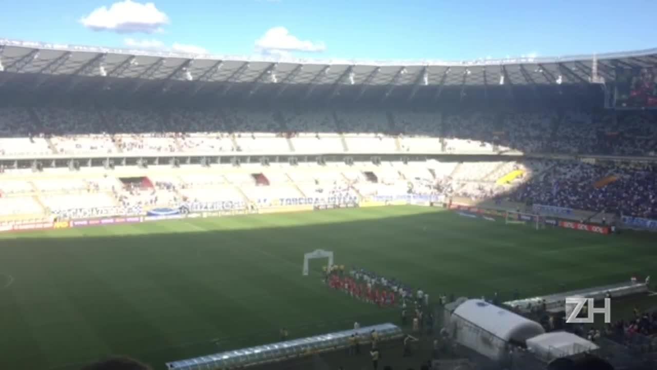 Inter e Cruzeiro cantam hino no Mineirão