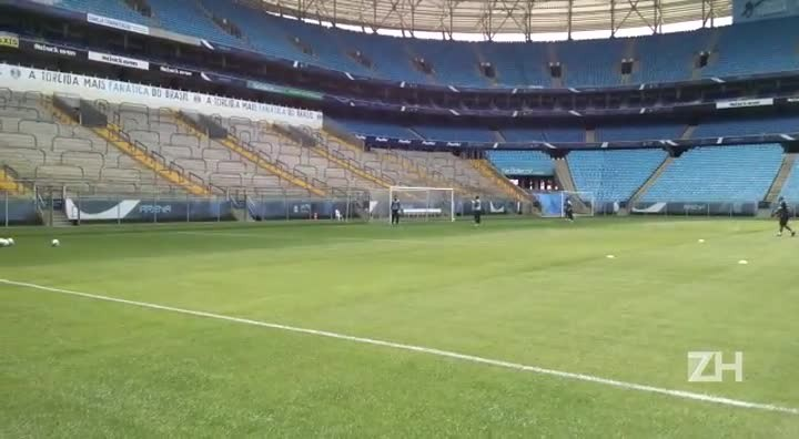 Goleiros gremistas treinam saída de gol
