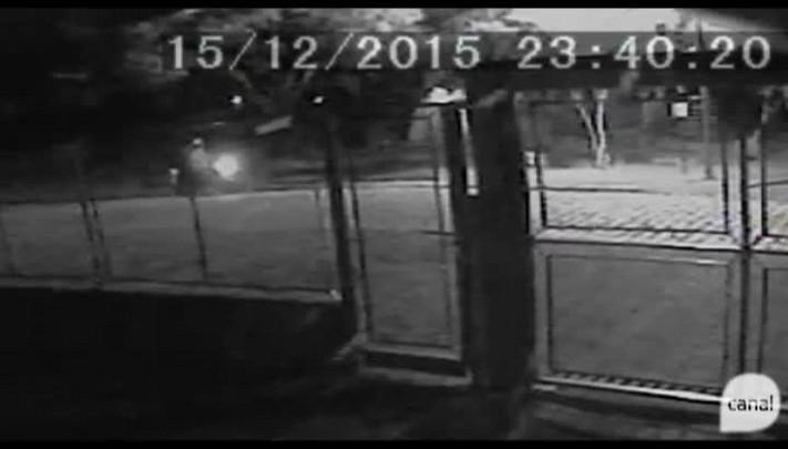 Câmeras flagram suspeitos de danificar santa chegando ao local de moto