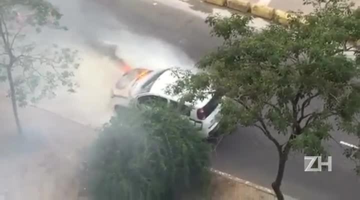 Carro pega fogo após pane elétrica em avenida de Porto Alegre