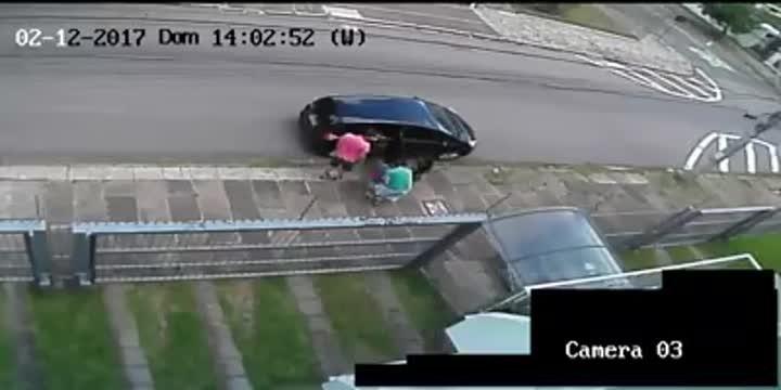 Família de Pelotas tem carro roubado no Jardim do Salso, em Porto Alegre