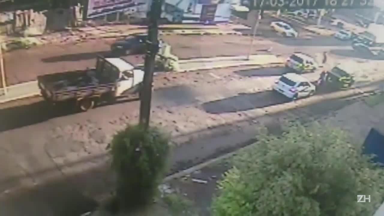 Criança cai do carro em rua movimentada de Ijuí e é resgatada por malabarista