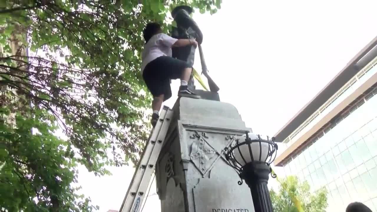 EUA: manifestantes derrubam estátua de soldado confederado