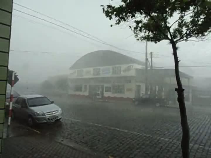 Morador de Candelária registrou temporal que destelhou casas e arrancou árvores
