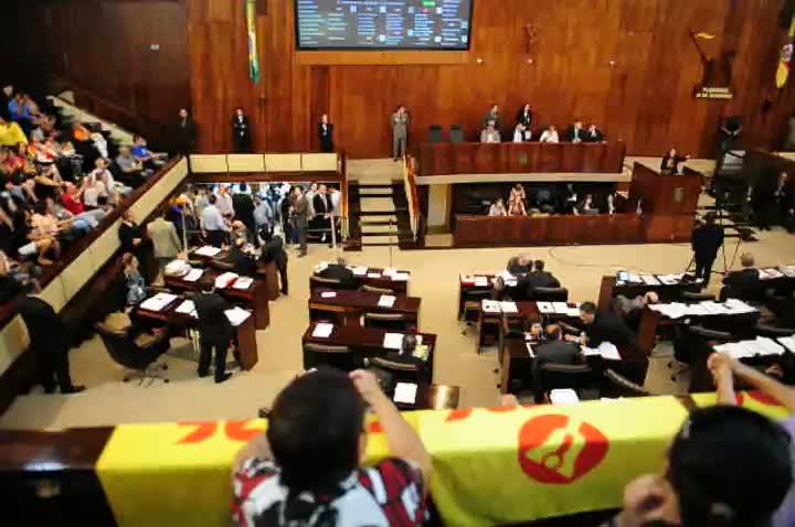 Manifestação de professores agita votação de pacote do governo Tarso na Assembleia