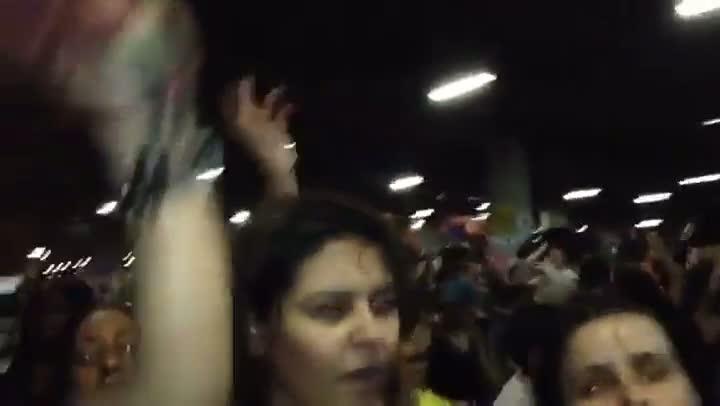 Manifestantes comemoram liminar que suspende o reajuste das passagens