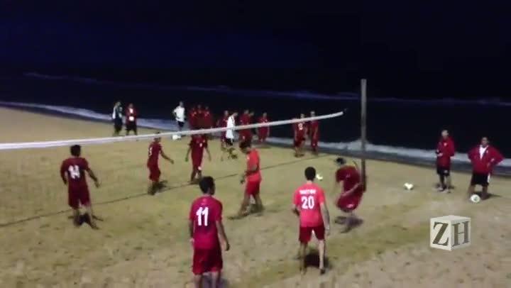 Seleção do Taiti joga futevôlei na praia