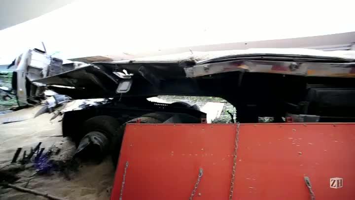 Caminhoneiro morre ao tombar o veículo na BR-290