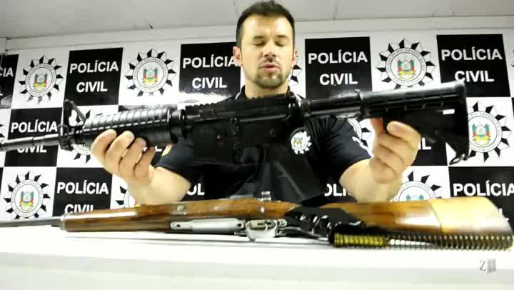 Delegado apresenta fuzis apreendidos em Porto Alegre