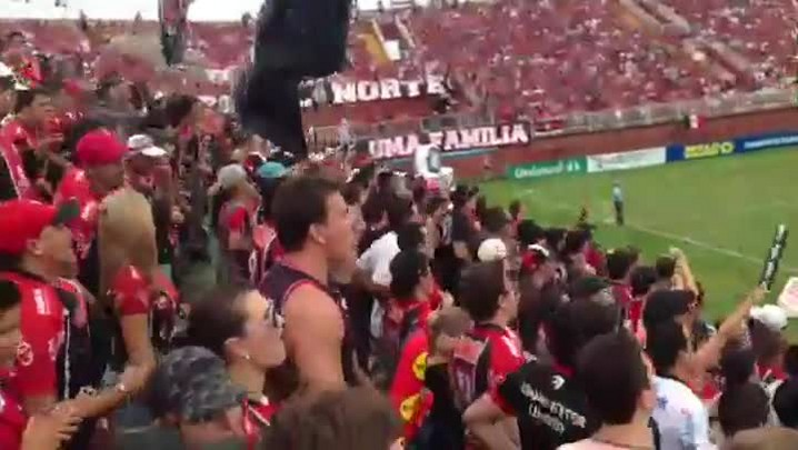 Torcida faz a festa na Arena Joinville