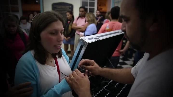 Jovens cegas acompanham espetáculo de teatro no TAC por audiodescrição