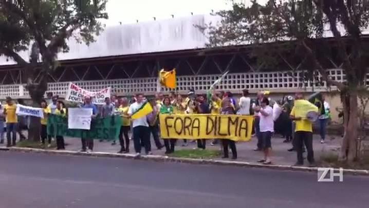 Manifestantes protestam em frente a casa de Dilma Rousseff