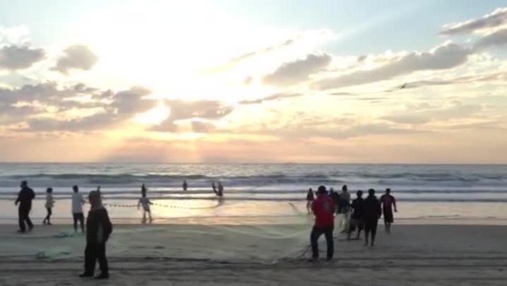 Pescadores cercam cinco mil tainhas na Barra da Lagoa em Florianópolisa