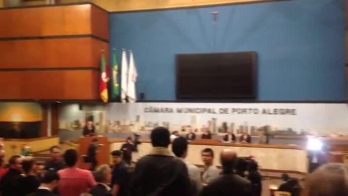 Torcida do Inter homenageia D\'Alessandro na Câmara de Vereadores