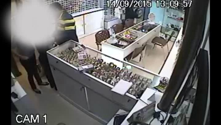 Dupla assalta joalheria em centro comercial de Santa Maria