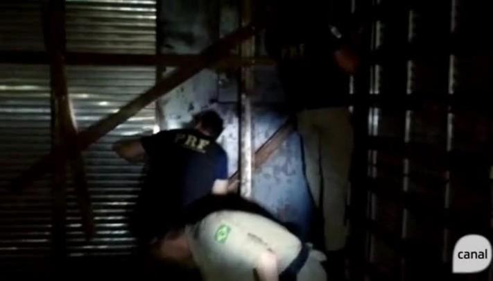Mais de uma tonelada de maconha é encontrada em fundo falso de caminhão