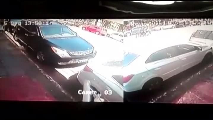 Câmera de segurança registra momento em que PM é atingido por tiro