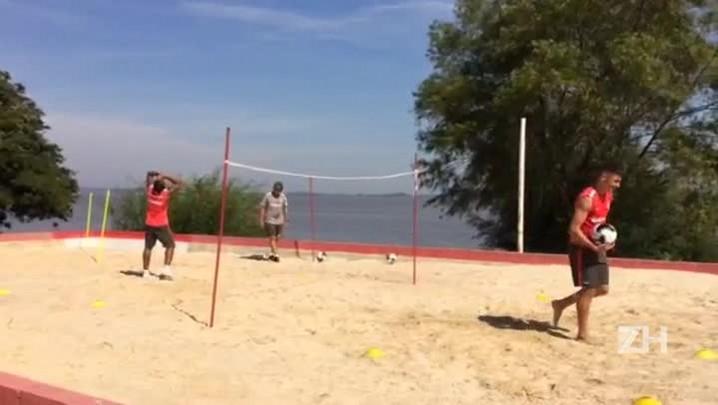 Alex e Anderson trabalham na caixa de areia