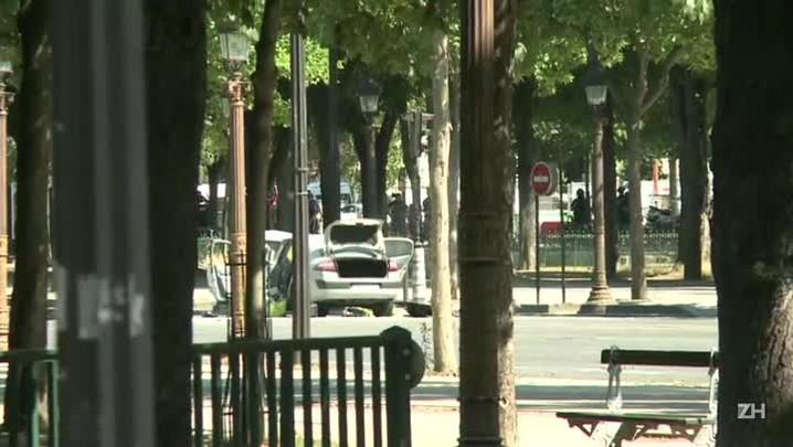 Viatura policial atingida em Paris
