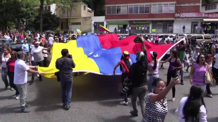 Sete milhões de venezuelanos votam contra Maduro