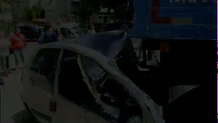 Caminhão perde freio e atinge carros estacionados na Capital