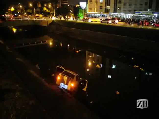 Após perseguição policial, carro cai no Arroio Dilúvio