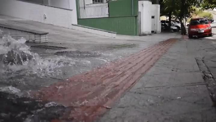 Vazamento de água no bairro Carvoeira em Florianópolis