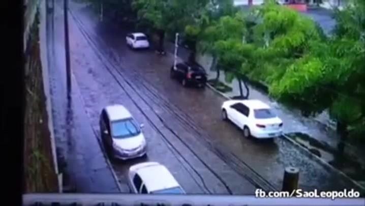 Vídeo mostra momento em que muro desaba sobre carros em São Leopoldo