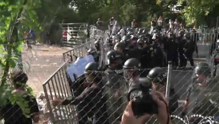 Polícia húngara usa gás lacrimogêneo contra migrantes na frontei