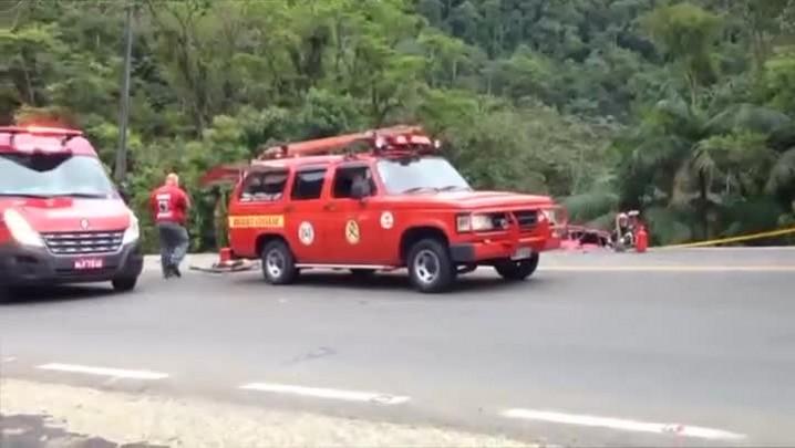 Bombeiros fazem resgate dos feridos em acidente com ônibus em Corupá