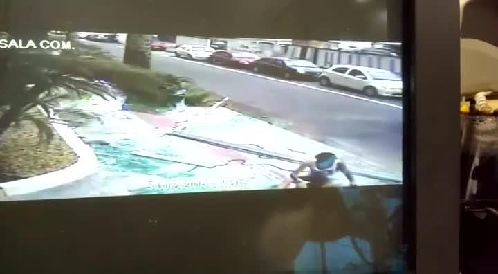 Vidro de sacada despenca sobre pedestre