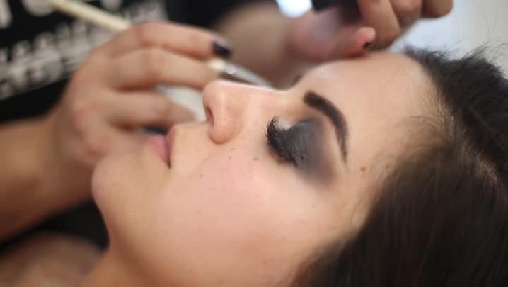 Aprenda a fazer uma maquiagem para noite