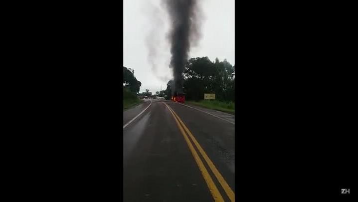 Ônibus se incendeia na BR-386 em São José do Herval
