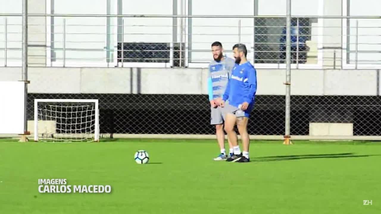 Douglas brinca com bola durante treino do Grêmio