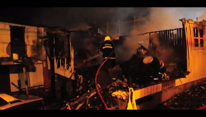 Incêndio destrói casa no bairro Presidente Vargas, em Caxias