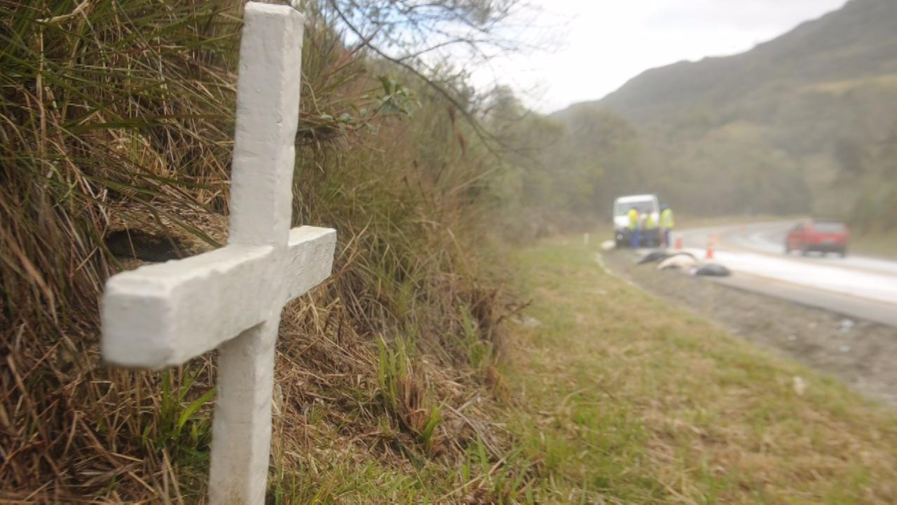 Acidente entre carro e carreta provoca morte de três pessoas na BR-282