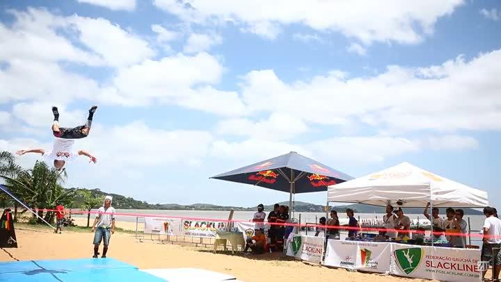 Campeonato de slackline movimenta orla do Guaíba, na zona sul de Porto Alegre