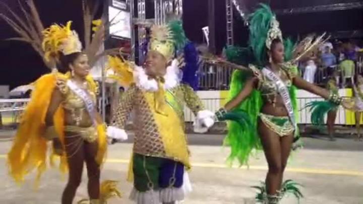 Corte do Carnaval saúda os espectadores na avenida