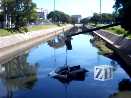 Carro é retirado do Arroio Dilúvio