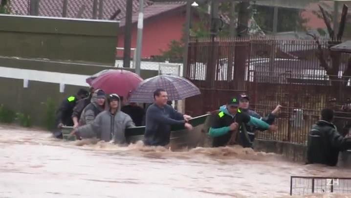Moradores de Esteio são resgatados de barco
