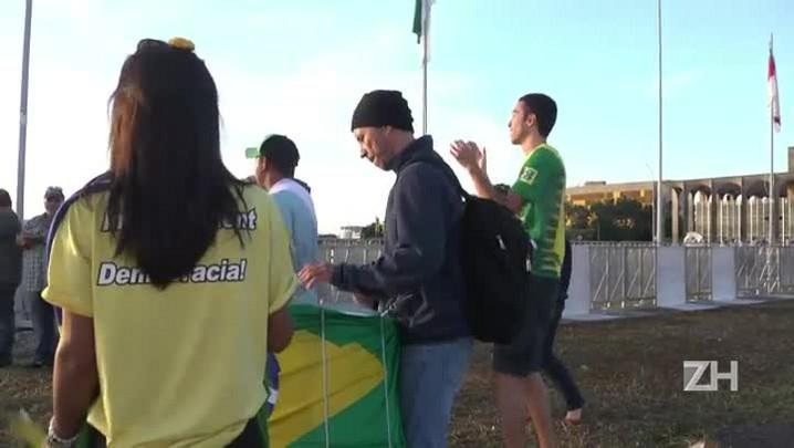 Opositores comemoram afastamento de Dilma